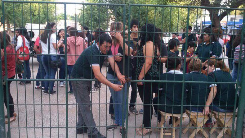 Por falta de porteros, docentes y cursos, alumnos del CPEM 89 tomaron el colegio