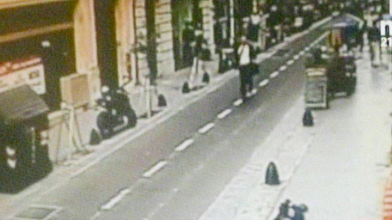 La Policía Federal peritando ayer el lugar del hecho. Las capturas de video muestran el momento fatal en el que el cerrajero que iba a su trabajo es alcanzado por el disparo.