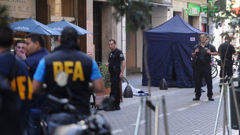 Efectivos de la Policía Federal trabajando en la escena del crimen del cerrajero Daniel De Negris.