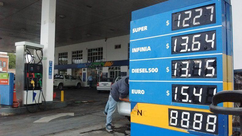 Desde hoy, cargar combustible es un 6% más caro