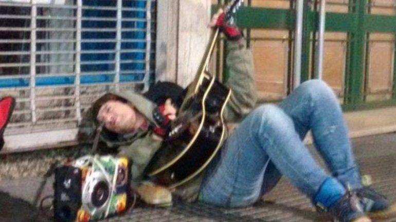 El ex Intoxicados tocando en el piso sobre la calle Corrientes