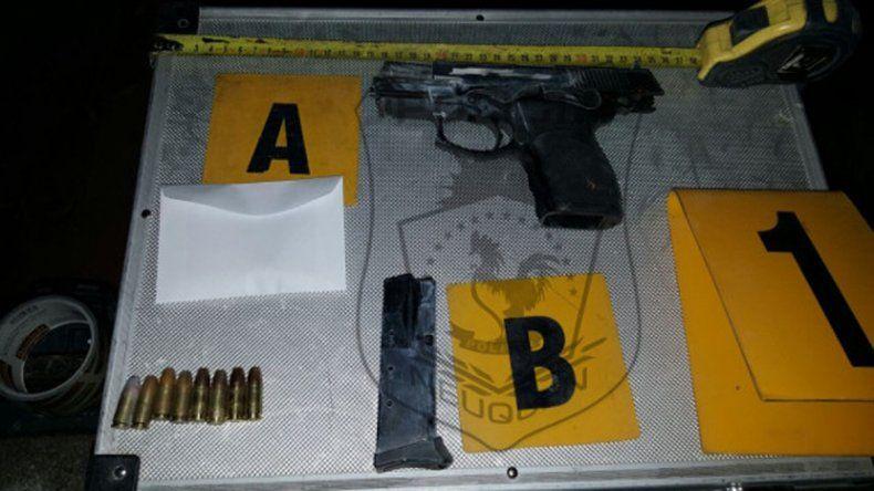 El arma 9 mm que se dejó el ladrón en el lugar de los hechos.