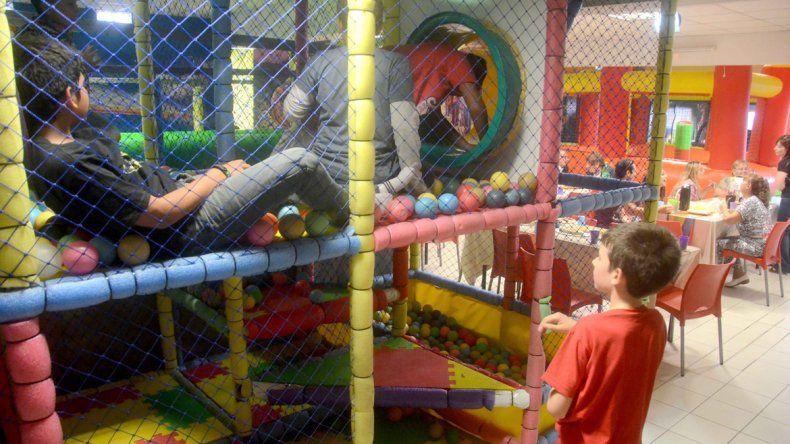 La mayoría de los padres elige festejarle el cumpleaños a su hijo en un pelotero porque le simplifica la organización. Para conseguir lugar