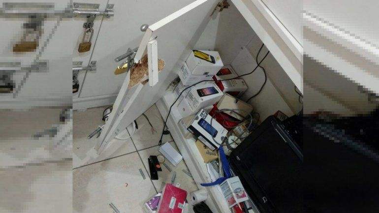 Los delincuentes violentaron un depósito del stand y se llevaron celulares.