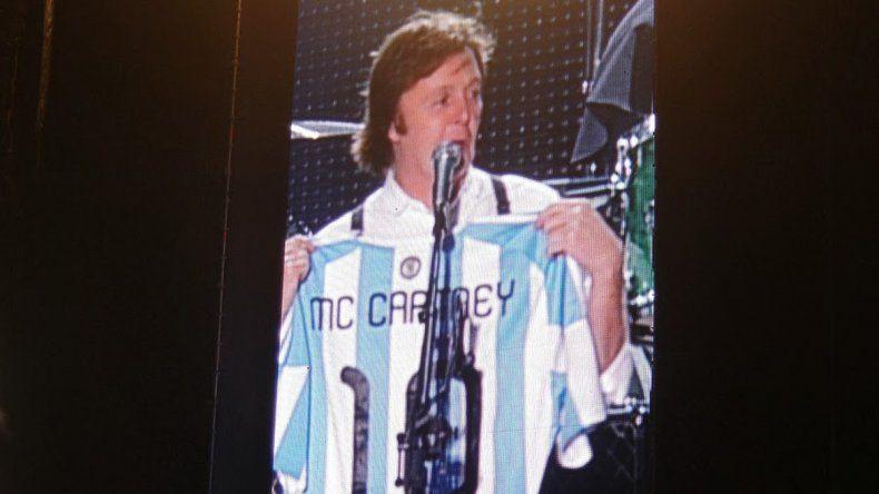 Paul McCartney con la camiseta de Argentina