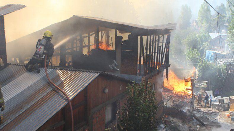 El fuego arrasó con tres casas del barrio La Cantera