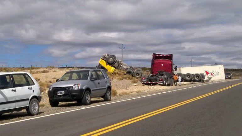 Un camionero resultó herido tras un violento vuelco