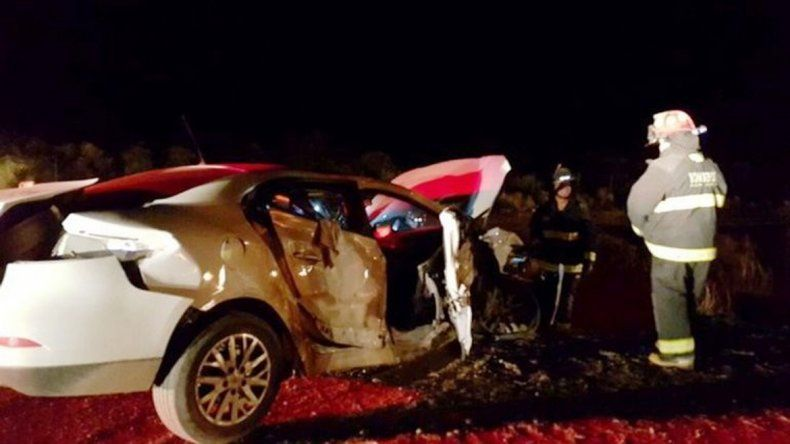 Rincón: el camión quedó enterrado al costado de la ruta. Plaza Huincul: siete heridos tras un choque por un perro.