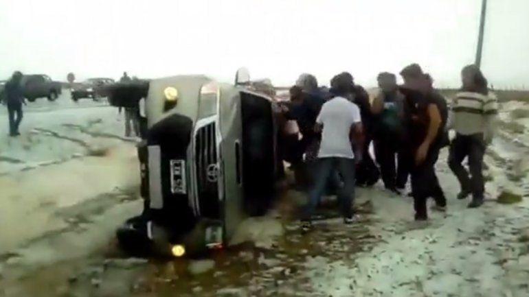 Por la lluvia, se despistó y volcó en la Ruta 22
