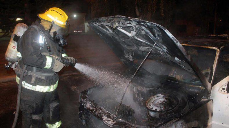 Las llamas consumieron un auto en la Ruta 40