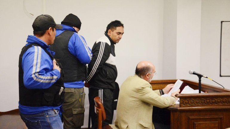 El Bolita Alveal decidió dormir en la audiencia en lugar de escuchar el testimonio de los testigos que lo involucran en el robo.