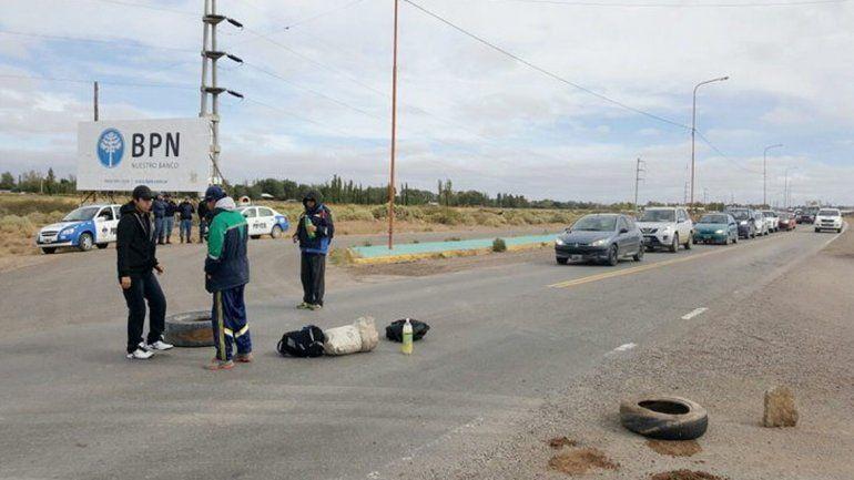 Sigue el corte de ruta en Plaza Huincul y la provincia pidió la intervención de la Justicia