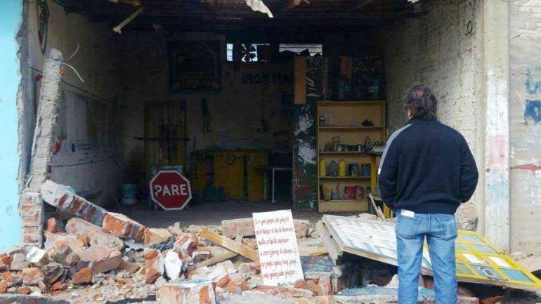 Con una retroexcavadora derrumbaron la pared de ingreso al taller.