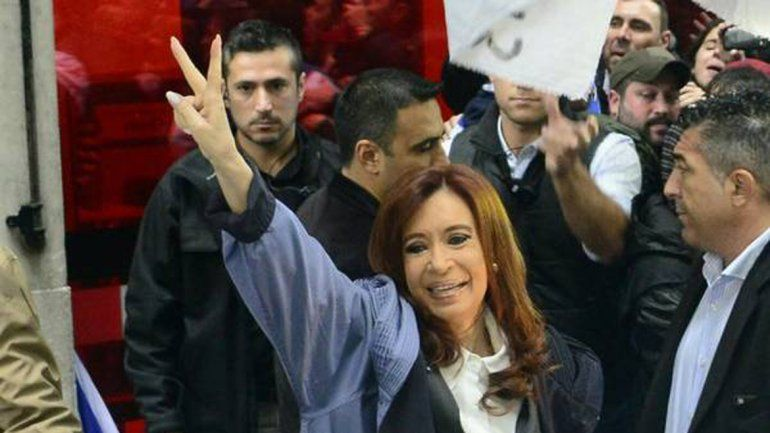 Tras presentar un escrito, Cristina habló ante una multitud y dijo que es perseguida