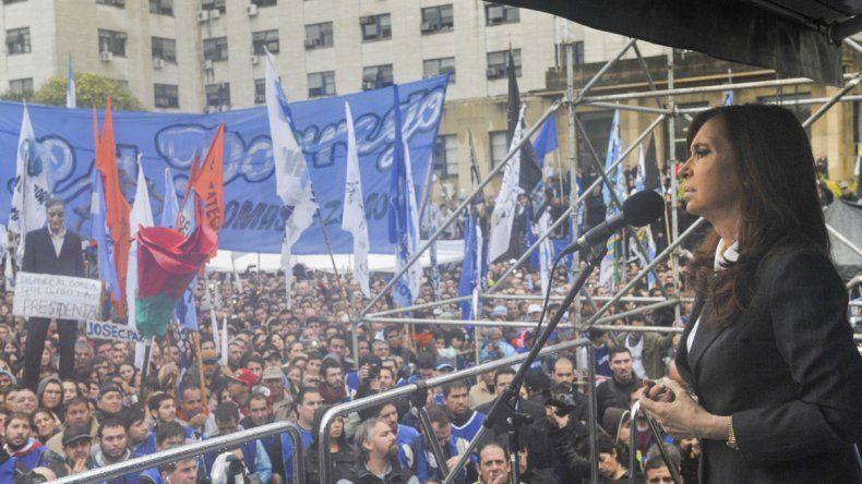 Cristina realizó un extenso discurso ante miles de personas que fueron a escucharla bajo la lluvia.