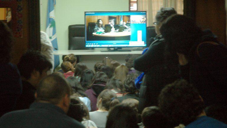 Los asistentes siguieron en vivo por videoconferencia la audiencia. Hubo muchos estudiantes de 4º y 5º año.