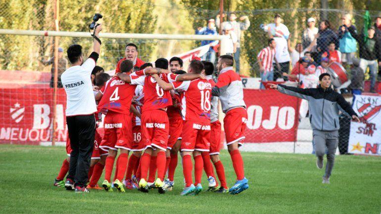 El festejo del final fue eterno. El Rojo perdía 2-0 y lo dio vuelta en el último minuto de descuento para ganarlo por 3-0 y llegar a la punta del Grupo A.