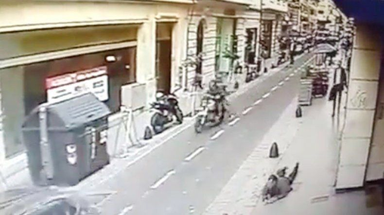 Silvio Martinero mira al cerrajero yaciente tras el disparo.
