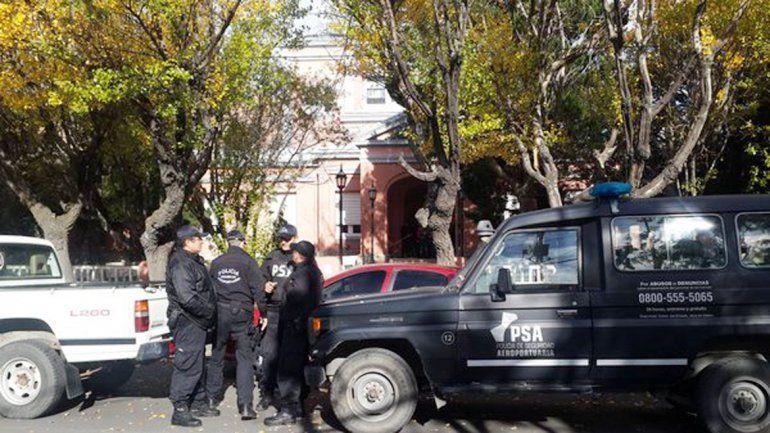 Las oficinas del gobierno de Santa Cruz fueron allanadas por la Policía de Seguridad Aeroportuaria.