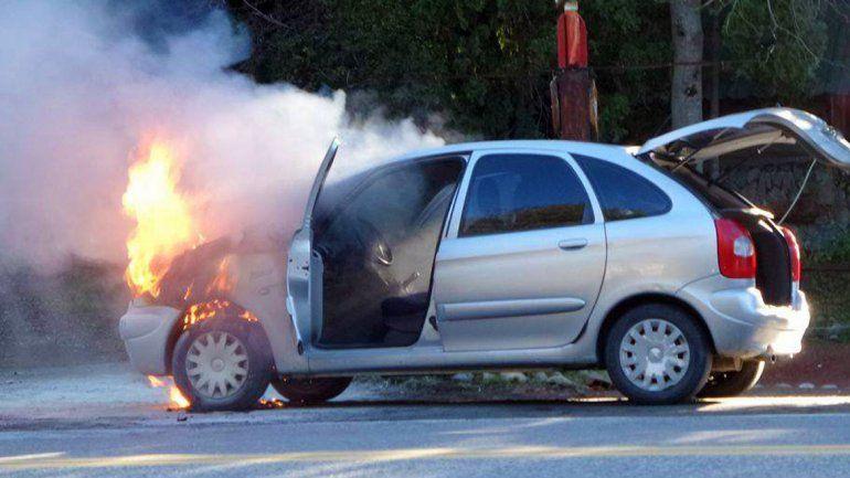 Se incendió un auto por un cortocircuito en el motor