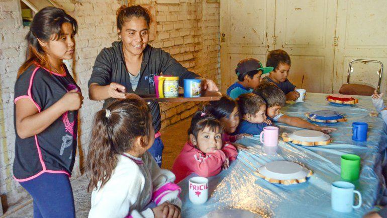 El objetivo es que los chicos puedan tomar la leche cuando salen de la escuela y sacarlos de la calle.