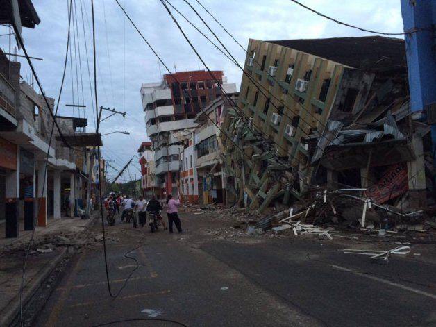 Correa elevó a 272 el número de muertos por el terremoto en Ecuador