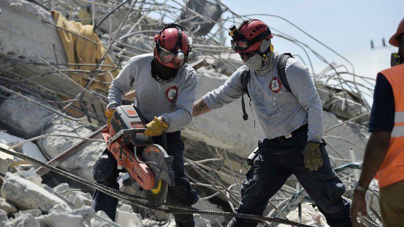 Los trabajos sobre los escombros para el rescate son contra reloj.