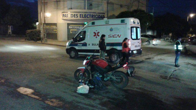 Por no chocar contra una camioneta, frenaron y derraparon con su moto