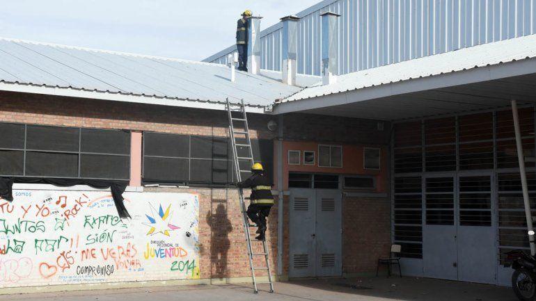 Los bomberos revisaron el sistema de calefacción de la EPET 17 tras la explosión.