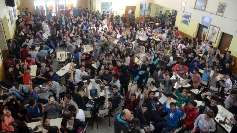 Los alumnos de la EPET 9 exigen la ampliación del edificio con una sentada.