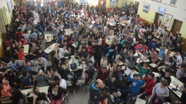 Estudiantes de la EPET 9 hicieron una sentada en reclamo de los talleres.