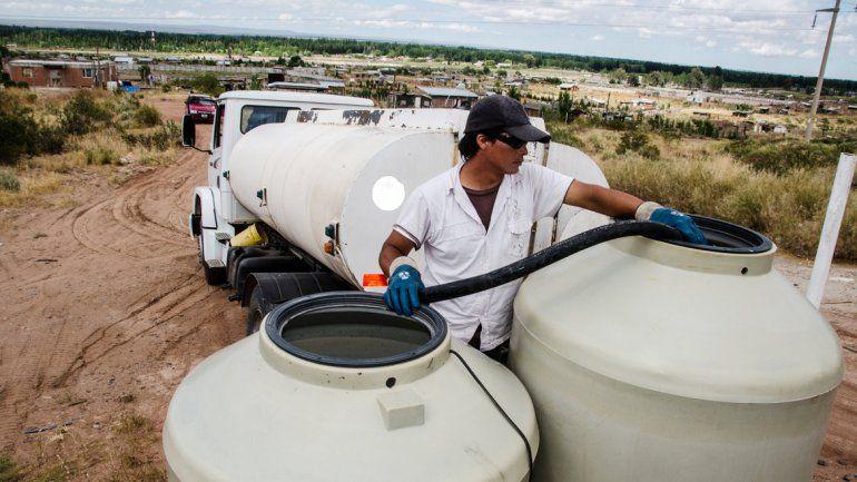 Camiones con agua pasan todos los días por Valentina Norte Rural.