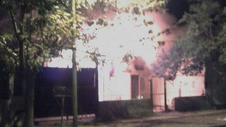 La casa quedó totalmente destruida por las llamas