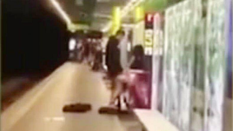 El hecho fue registrado en un video que filmó una pasajera que circulaba por el andén.