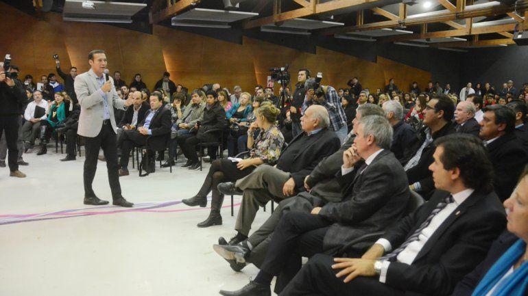 El gobernador Omar Gutiérrez cerró la convocatoria que tuvo lugar en la Casa de Gobierno. Ministros se reúnen desde hoy con los jefes comunales.