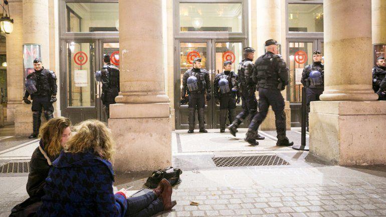 Efectivos de Gendarmería custodiando el edificio de la Comedia Francesa.