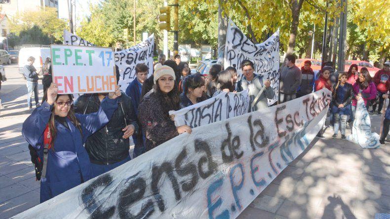 Alumnos de la EPET protestaron en la Gobernación.