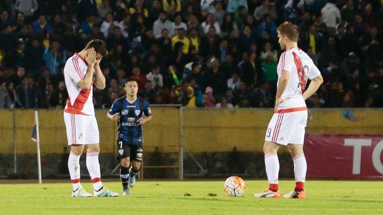 La decepción de los jugadores de River tras una derrota que deja al equipo de Marcelo Gallardo muy complicado en la Libertadores. Debe aparecer la chapa del campeón.