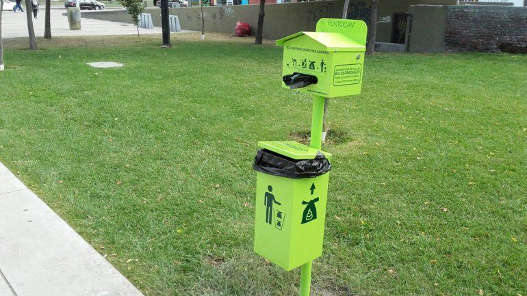 El Municipio instaló recipientes para depositar los excrementos de las mascotas.