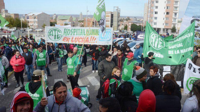 ATEN reclamó frente al CPE y los universitarios cortaron Leloir. ATE movilizó a más de 3 mil personas.