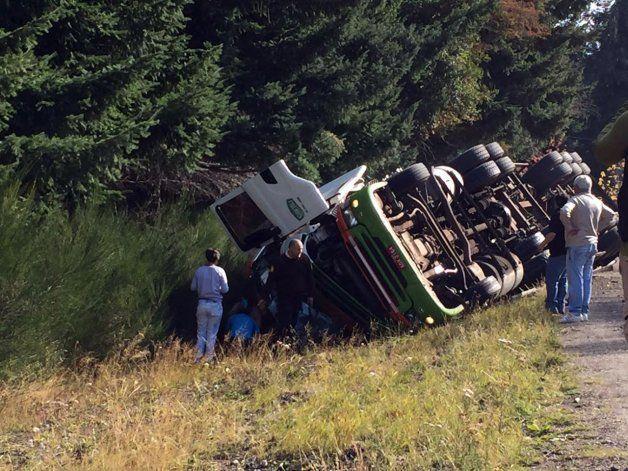 Perdió el control del camión y volcó sobre la Ruta 40: dos personas heridas