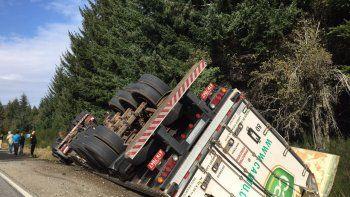 perdio el control del camion y volco en villa la angostura: hubo dos personas heridas