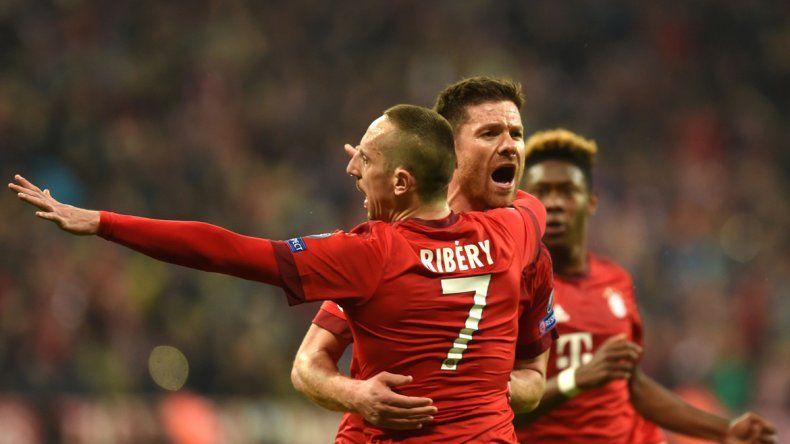 Los alemanes festejan el gol de Alonso.