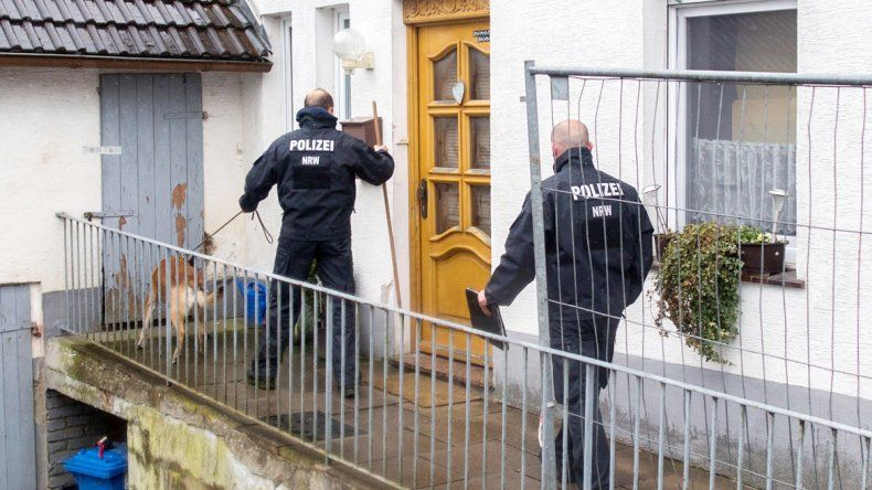 Policías alemanes en la casa donde mataron a dos mujeres en Renania.