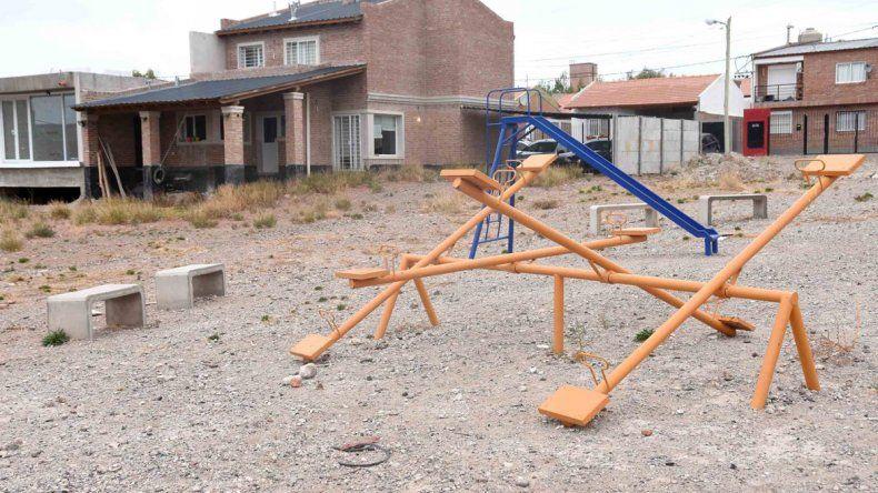 Una casa y un garage que se construyó sobre el terreno que corresponde a una plaza. Una imagen que se repite en este barrio de Neuquén.