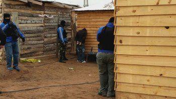 mira los enfrentamientos entre vecinos y policias en el allanamiento en los hornitos
