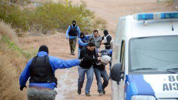 Los policías tuvieron que correr con los detenidos entre las picadas de la toma, mientras llovían las piedras.