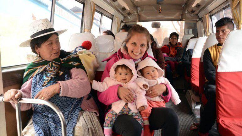 Andrea Cazaux junto a las mellis durante el viaje.