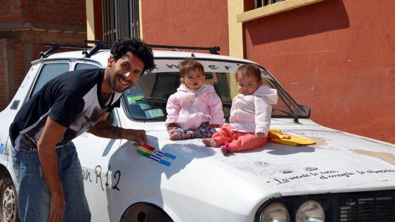 Jeremías junto a las mellis y el Renault 12.
