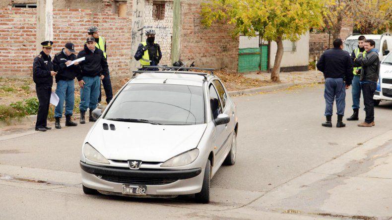 La Policía detuvo el auto de uno de los ladrones con parte del botín.
